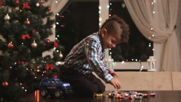 Kind in der Nähe von Christmas tree