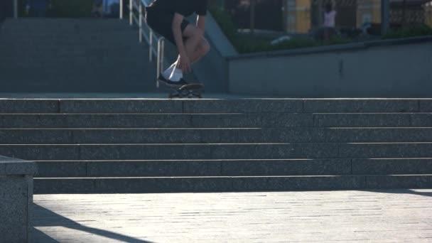Skateboarder in Zeitlupe springen.