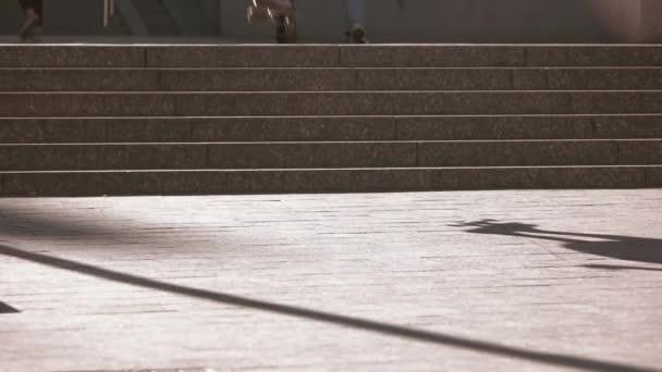 Skateboarder einen Sprung von Treppen.
