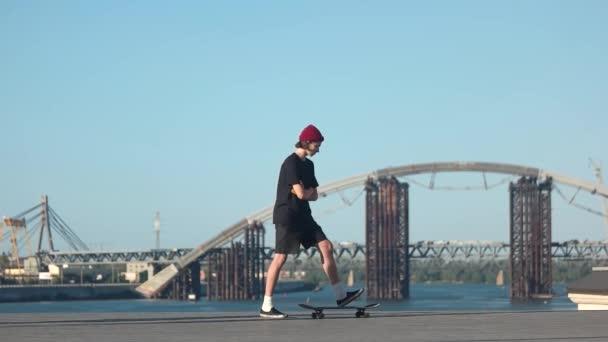 Kerl reiten Skateboard.