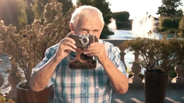 Macchina fotografica della holding maschio senior