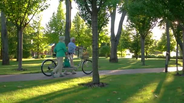 Paare, die mit dem Fahrrad.