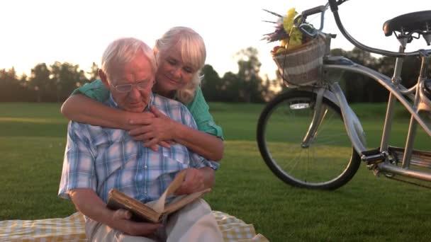 starší pár čtení kniha
