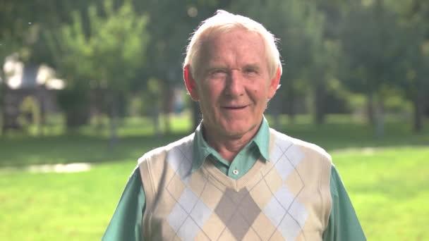 Starší muž, zvyšování paže