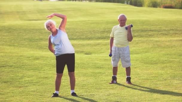 Starší pár dělá cvičení