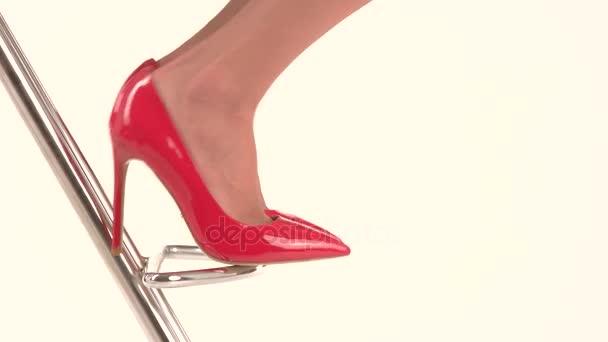 Nohy v červené s jehlovými podpatky