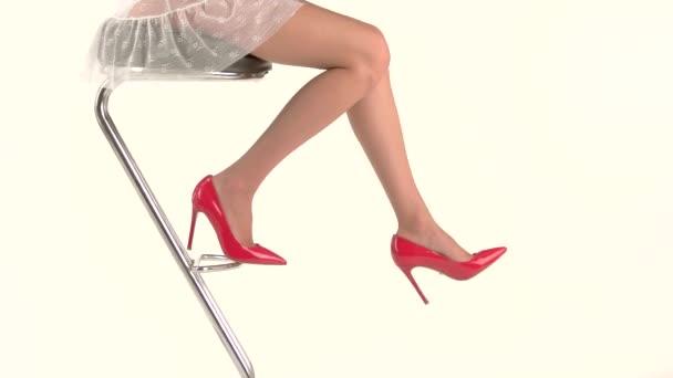 nohy na vysokých podpatcích.