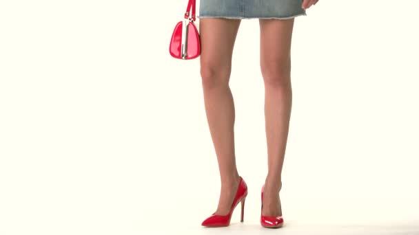 Nohy v podpatcích a kabelku