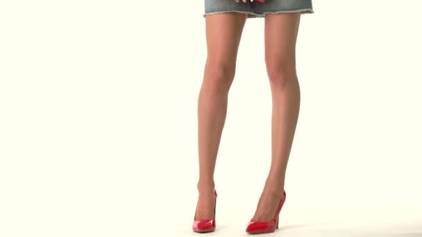 Nohy v podpatcích a kabelka