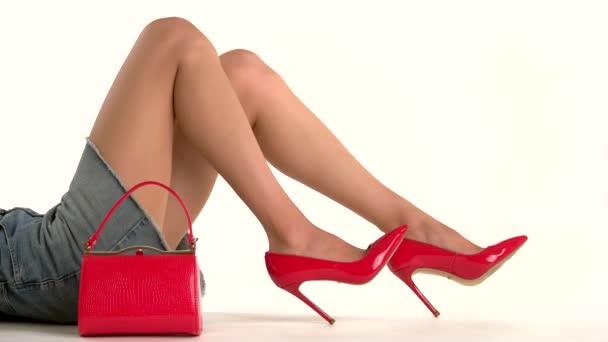 Borsa e gambe in tacchi
