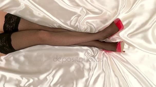 nohy v síťované punčochy