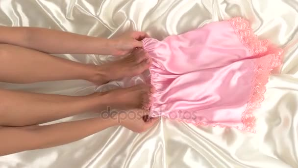 Nohy žena v posteli