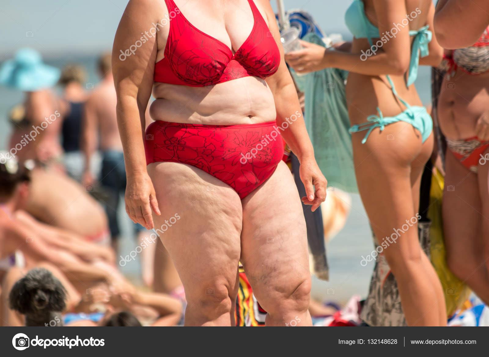 Beleibte Frau im Badeanzug. Menschen am Strand. Bewegungsmangel und  schlechte Ernährung. Risiko von Herzerkrankungen — Foto von Denisfilm 27ccee6ecc
