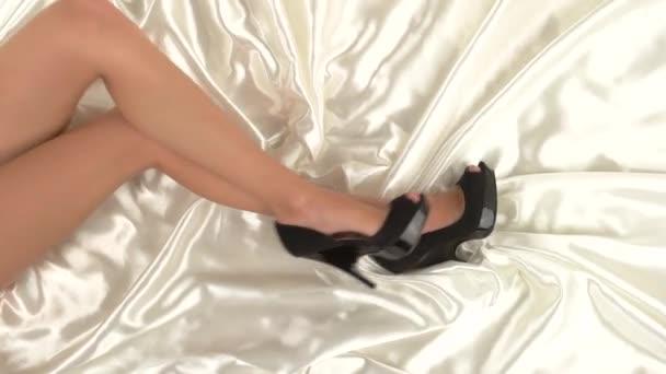 Lányok lábát az ágyban