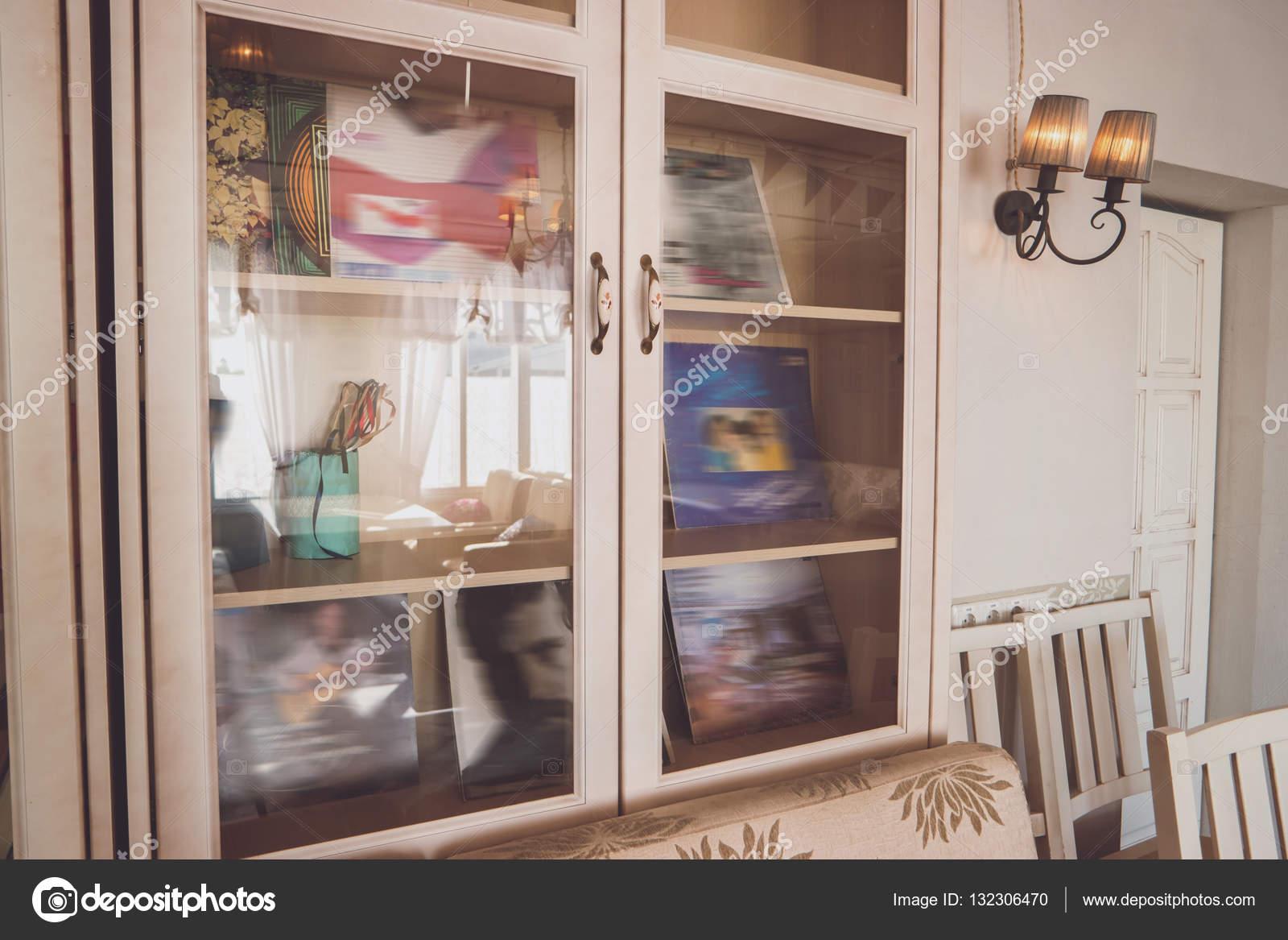 Kast Voor Glazen : Kast met glazen deuren u2014 stockfoto © denisfilm #132306470