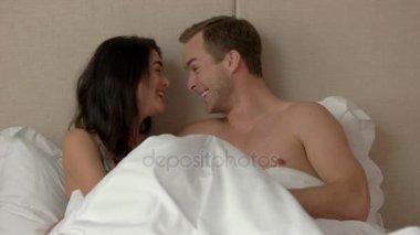 видео мужчины и женщины в постели