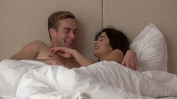 Mann und Mädchen im Bett.
