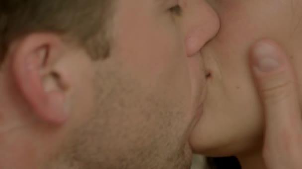 muž a žena, líbání