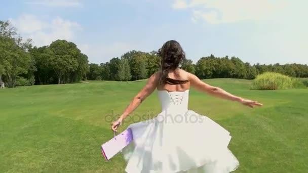 Zadní pohled na běžící nevěsta
