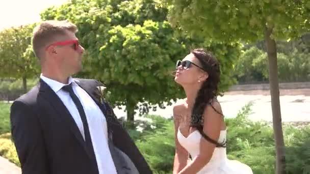 Sposa e sposo in occhiali da sole.