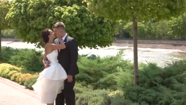 sposa e lo sposo baci allaperto