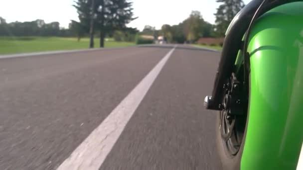 Motocykl kolo a asfalt pozadí.