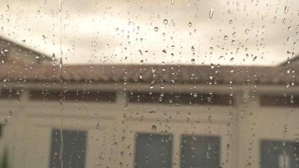 Kapky vody na okna vlaku