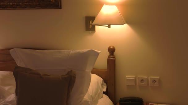 postel s polštáři