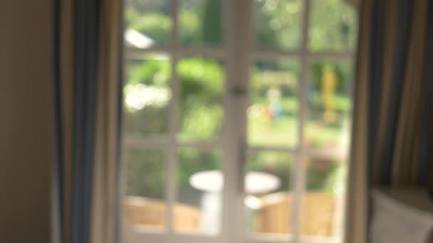 Homályos ablak and függöny.