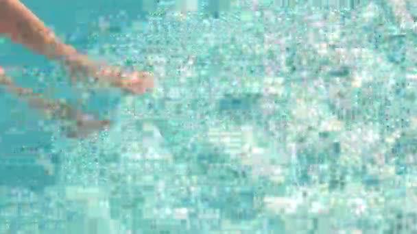 Női lábak vízben.
