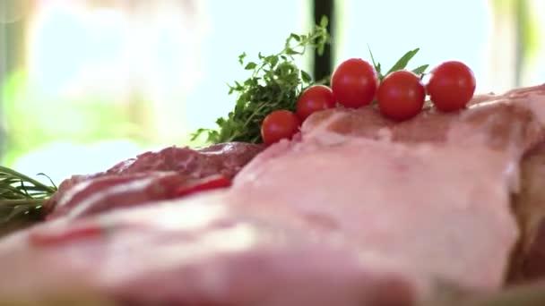 Kousky syrového masa a rajčat