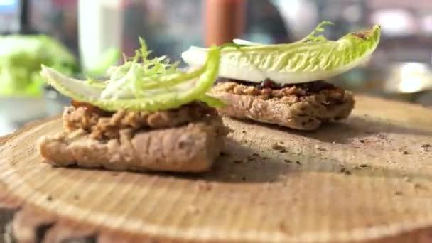 Zdravé sendviče na dřevěné desce