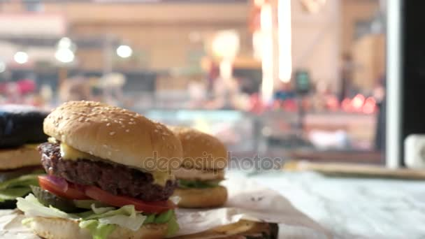 Boční pohled na chutné hamburgery