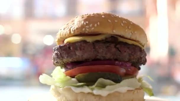 Čerstvé cheeseburger předení