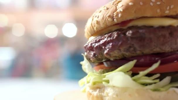 Cheeseburger boční pohled.