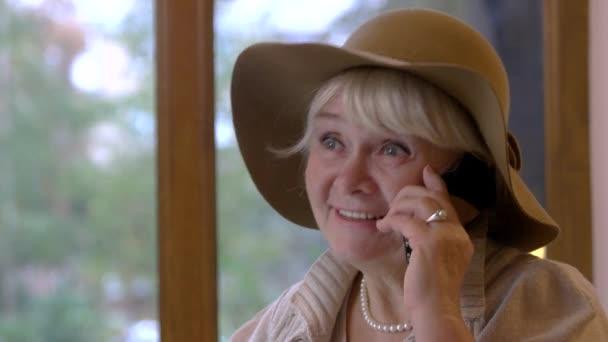 Frau Telefon sprechen und Lächeln
