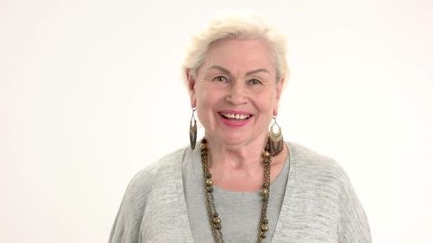 Lächelnde ältere Frau isoliert.
