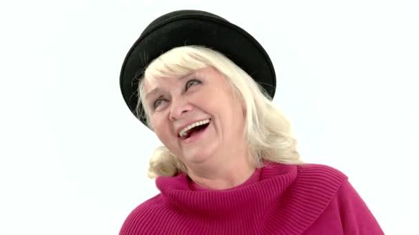 Vereinzelte Seniorin lacht.