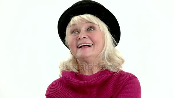 alte Dame lächelt isoliert.