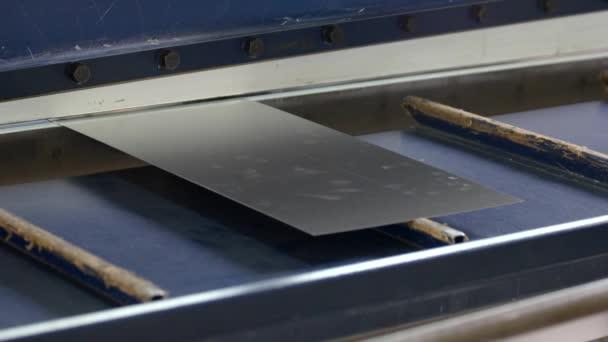 Hydraulické tabulové nůžky.