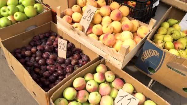 Čerstvé ovoce se prodává na trhu