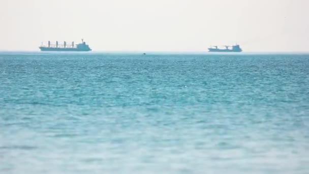 Velké čluny jsou plovoucí na moři.