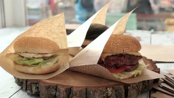 Ruční puttings hamburger do balíčku.
