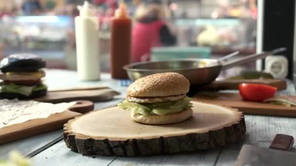 Různých hamburgery na stůl