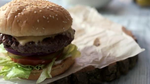 Hovězí burger se sezamovými semínky