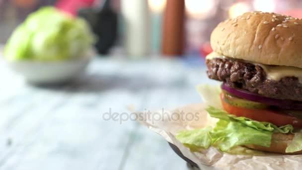 Boční pohled na cheeseburger