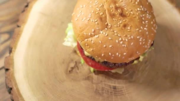 Dřevěná deska s burger