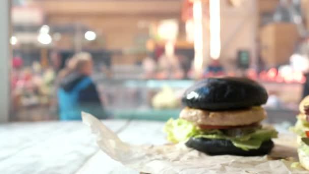 Boční pohled na hamburgery.