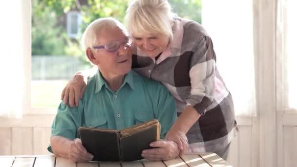 Starší pár a knihy
