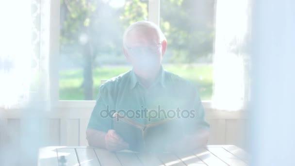 Pár idősek és könyv.